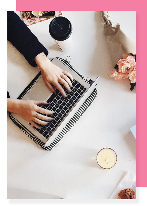servicio-mentoria-mujer-con-computadora